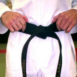 Terminez le noeud en passant la sangle du haut autour de celle du bas . Serrez bien afin que le nœud soit solide. Les deux sangles doivent être de longueurs identiques.