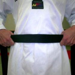 Repérez le milieu de votre ceinture et placez le au niveau de votre nombril.